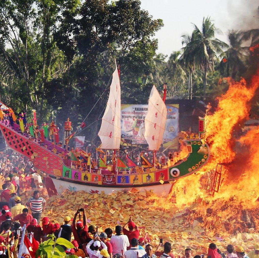 Yuk, Lihat Lagi Kemeriahan Ritual Bakar Tongkang di Riau