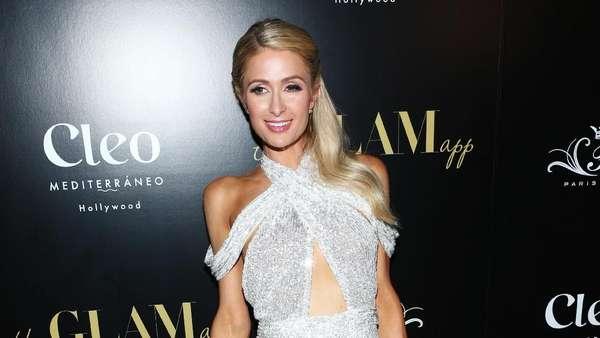 Kenakan Gaun Silver, Paris Hilton Pamer Tubuh Seksi
