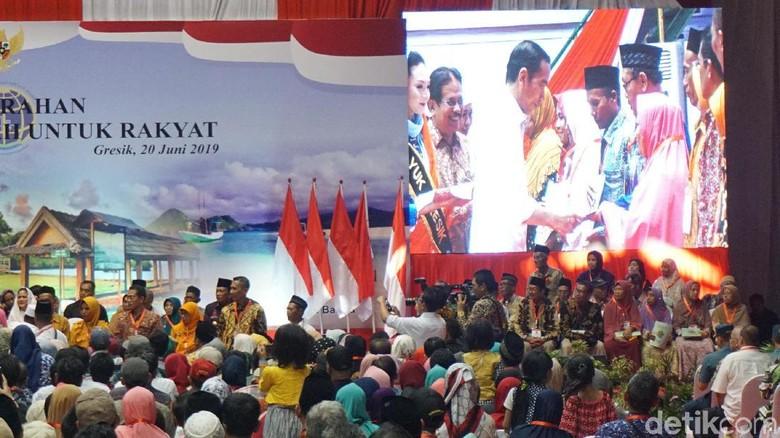Bagi Sertifikat Tanah, Jokowi: Gresik 2024 Ditarget Tersertifikat Semua