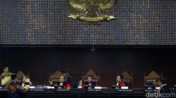 Video Hakim MK Turun Tangan Jelaskan ke Kuasa Hukum Prabowo
