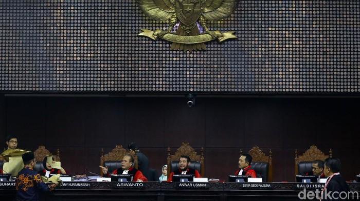 Sidang sengketa pilpres 2019 kembli berlanjut di gedung MK, Kamis (20/6/2019). Saksi Prabowo, Beti Kristiana membawa lembaran berbentuk amplop dan diserahkan ke hakim MK kemarin. Kali ini giliran pihak KPU yang membawa amplop coklat.