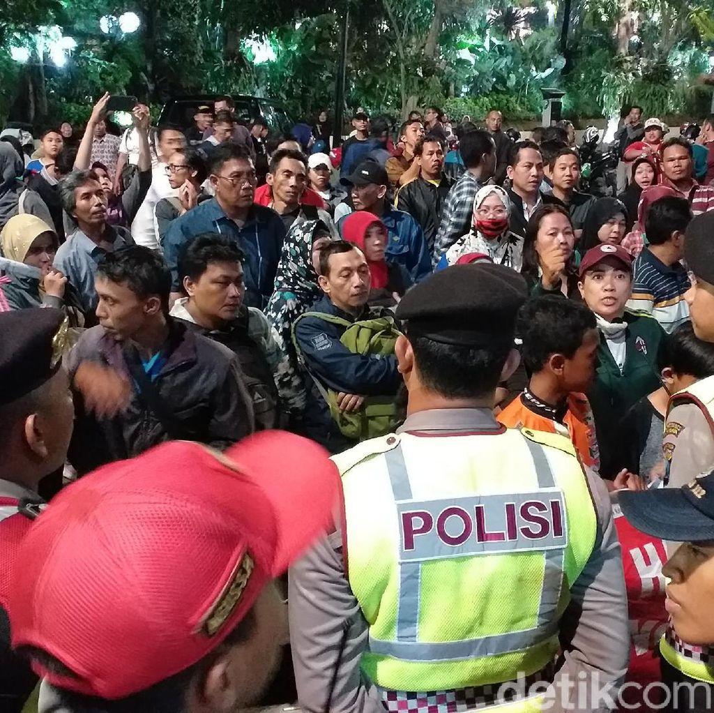 Kecewa Sistem Zonasi, Massa Aksi di Depan Kantor Risma Malam-malam