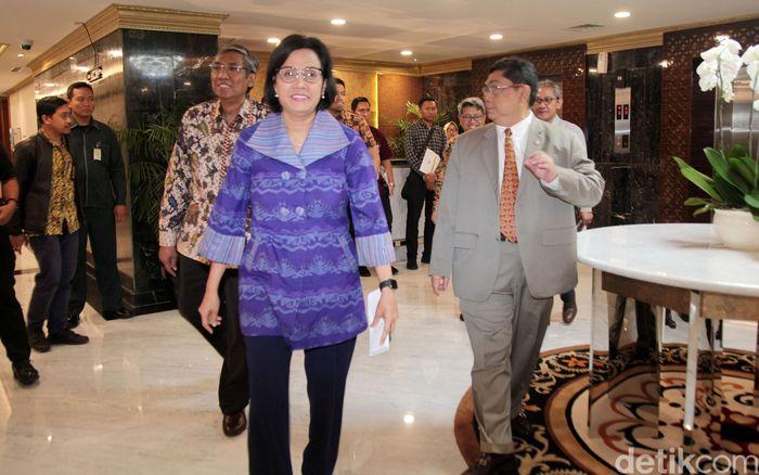 Sri Mulyani tiba di ruang rapat pimpinan DPR Gedung Nusantara III, Kompleks Parlemen, Senayan, Jakarta.