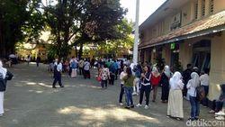 Ratusan Calon Wali Murid Antre di SMAN 3 Yogya untuk Urus Token