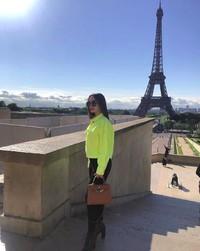 Dia pun berfoto dengan latar Menara Eiffel di Paris. (zaskia_gotix/Instagram)