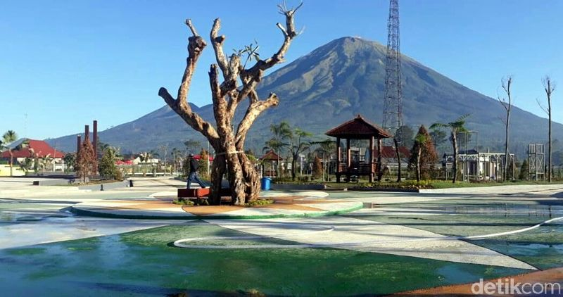 Di kaki Gunung Sindoro-Sumbing, ada tempat wisata baru bernama SinSu Taman Bermain dan Edukasi. Destinasi ini cocok untuk liburan sekolah bersama keluarga. (Uje Hartono/detikcom)