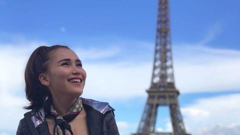 Foto: Senyum Manis Ayu Tingting Liburan di Eropa
