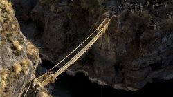 Melihat Tradisi Membuat Jembatan Rumput Warisan Suku Inca di Peru
