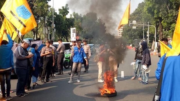 Massa PMII Jaktim membakar ban.