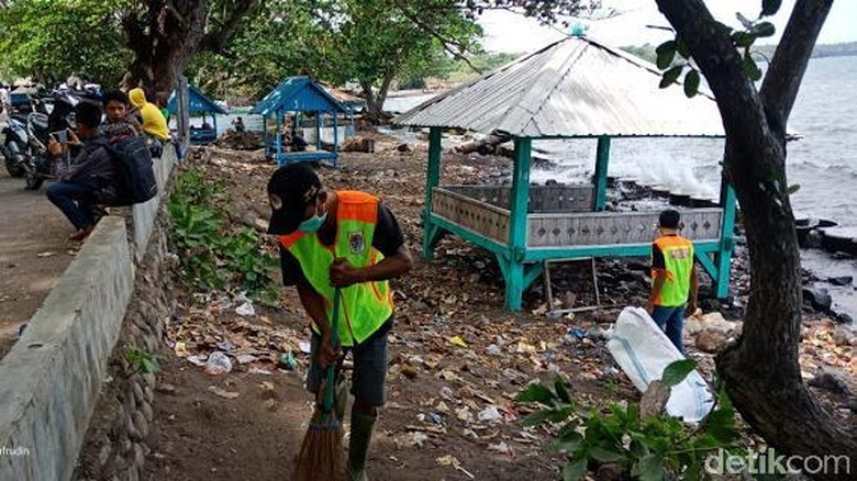 Foto: Pantai Lakey, Pantai Wadu Jado dan Pantai Hodo Kempo dipenuhi oleh sampah (Faruk Nickyrawi/detikcom)