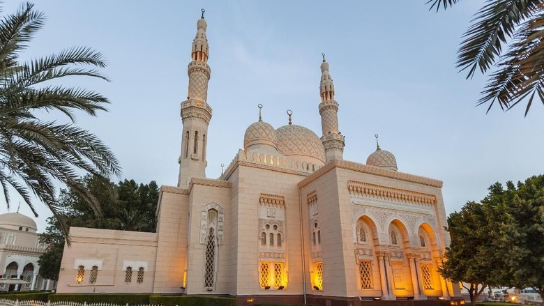 Aneka masjid dengan arsitektur indah di Dubai. Masjid Al Jumeirah, Masjid Al Farooq Omar Bin Al Khattab, Masjid Imam Hussein, Grand Mosque Dubai, Masjid Al Salam, Masjid Al Farooq