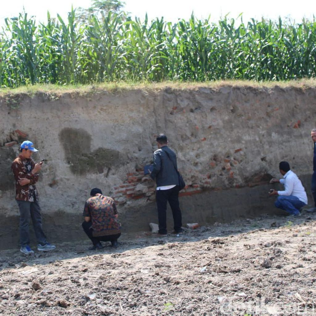 Struktur Bata Kuno Sisa Permukiman Majapahit Ditemukan Penggali Pasir