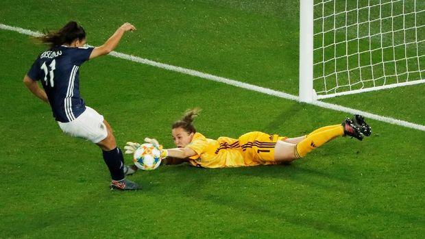 Penalti Florencia Bonsegundo yang gagal harus diulang karena Lee Alexander melewati garis gawang sebelum bereaksi membendung tendangan.