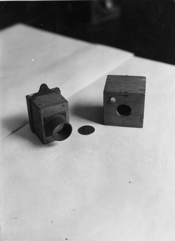 Kamera ini bernama obsqura dan dijuluki sebagai kamera perangkap tikus karena bentuknya yang kotak layaknya sebuah perangkap tikus. Kamera yang dirancang oleh seorang fotografer bernama William Henry Fox Talbot dan dibantu oleh ilmuwan ini dibuat sekitar tahun 1015 di Barat. Hulton Archive/Getty Images.