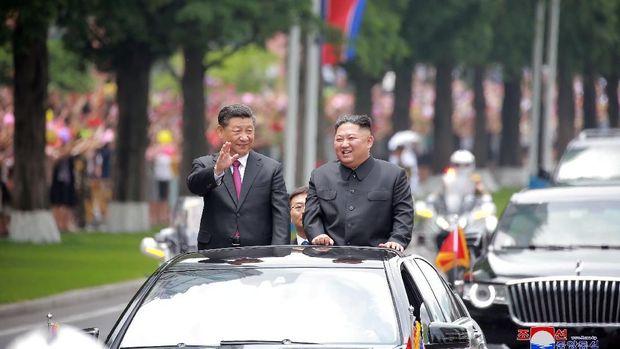 Yang terakhir, Kim bertemu Presiden China Xi Jinping. Kim menjadi tuan rumah pertemuan ini.