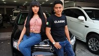 Lucinta Luna berpose dengan Toyota Camry miliknya di bengkel Classic Car Interior, Jakarta. Istimewa/Lucinta Luna.