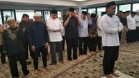 Di rumah dinas Hatta Ali, CT dan beberapa pelayat lainnya terlihat melakukan salat berjamaah. (Foto: Dok. Istimewa)