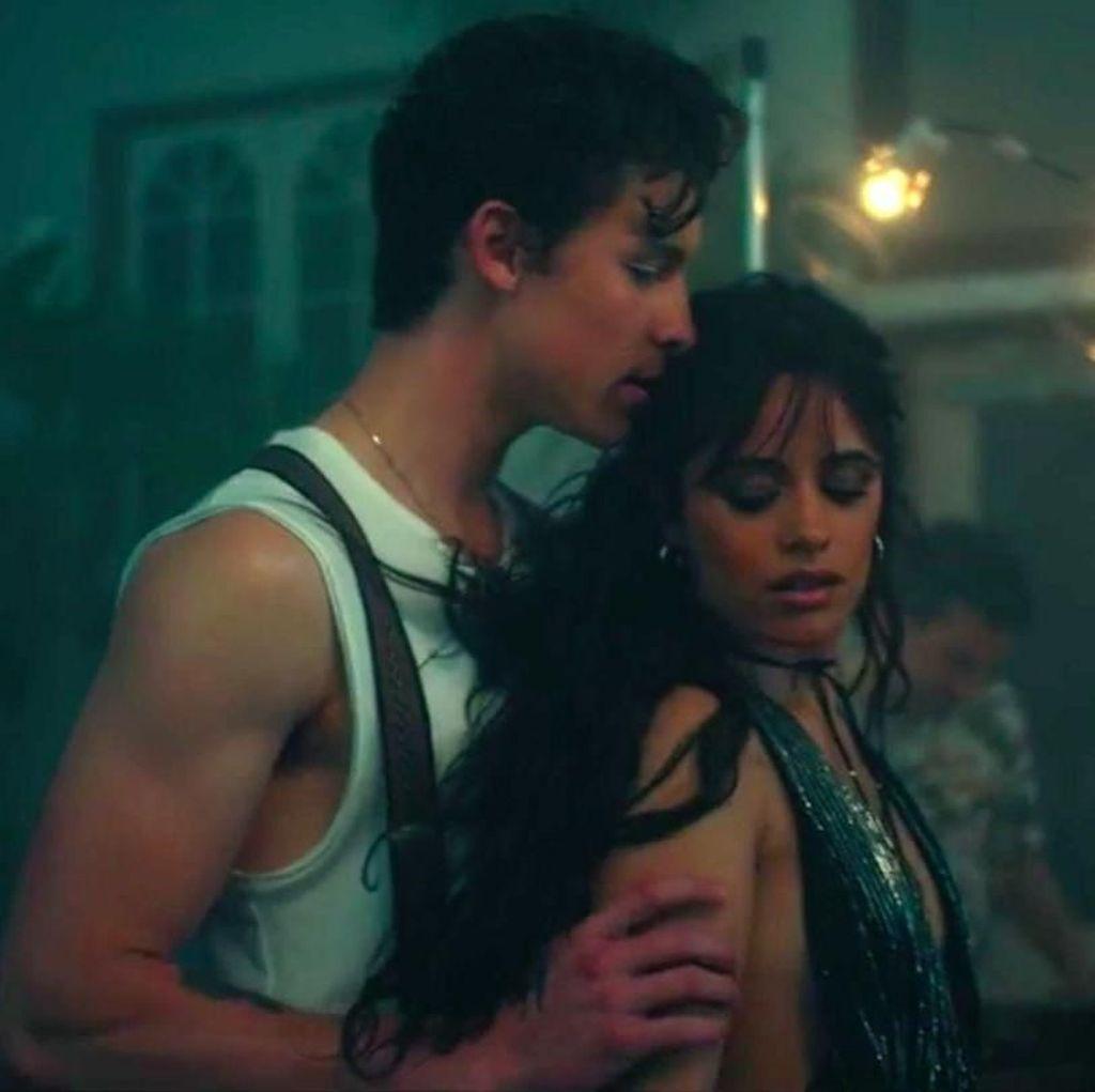 Bruk! Camila Cabello Jatuh saat Latihan Dansa dengan Shawn Mendes