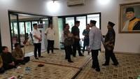 Hari ini, Jumat (21/6/2019), sejumlah tokoh nasional melayat ke rumah dinas Ketua MA Hatta Ali di Komplek Widya Chandra, Jakarta Selatan. Ketum PKB Muhaimin Iskandar (Cak Imin), Ketua DPD Oesman Sapta Odang (OSO) hingga pengusaha nasional, Chairul Tanjung (CT)datang melayat. (Foto: Dok. Istimewa)
