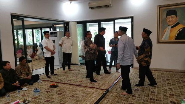 Chairul Tanjung (CT) melayat ke rumah dinas Ketua MA Hatta Ali.