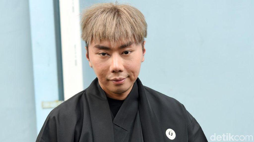 Roy Kiyoshi Eksis di Jepang, Bajunya Disebut Mirip Karung Goni