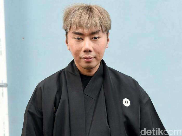 Roy Kiyoshi bergaya dalam balutan kimono hitam. (Foto: Noel/detikFoto)