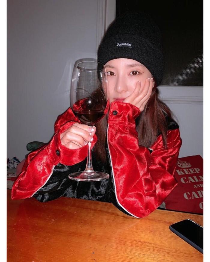 Sandara Park atau dikenal sebagai Dara, mengawali karirnya di dunia hiburan sejak tahun 2004 silam. Ia terkenal sebagai salah satu eks member 2NE1. Lewat akun Instagramnya ia sering membagikan momen kulinerannya. Foto: Instagram @daraxxi