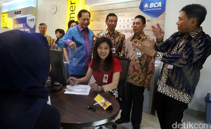 Presiden Direktur BCA Jahja Setiaatmadja (ketiga kanan), Direktur BCA Erwan Yuris (kiri), Direktur BCA Lianawaty Suwono (kedua kiri), Kepala Kantor Wilayah IV Hendrik Sia (ketiga kiri) bersama Kepala OJK Regional VI Sulampua Zulmi (kanan) dan Kepala Grup Sistem Pembayaran, Pengelolaan Uang dan Layanan Administrasi Bank Indonesia Provinsi Sulawesi Selatan Amanlison Sembiring (kedua kanan) di tengah peresmian Kantor Wilayah IV Makassar di Makassar, Jumat (21/06).