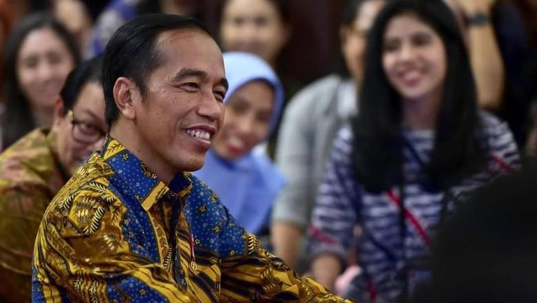 Begini Reaksi Jokowi Disodori Kue Ulang Tahun dan Diminta Tiup Lilin