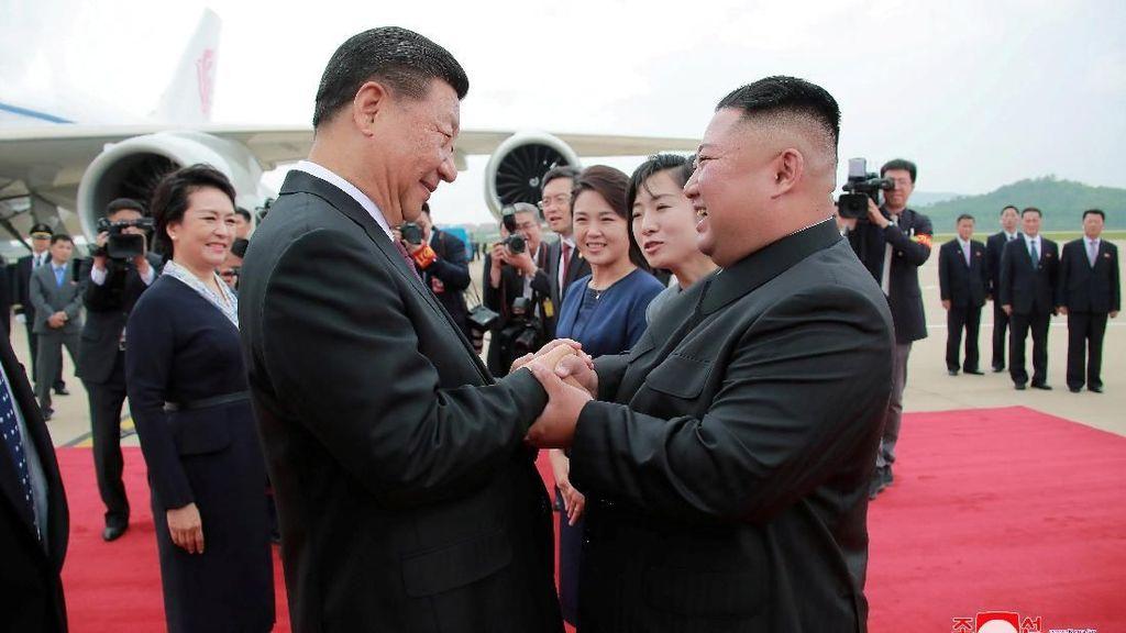Momen Keakraban Kim Jong Un Sambut Kedatangan Xi Jinping di Korut