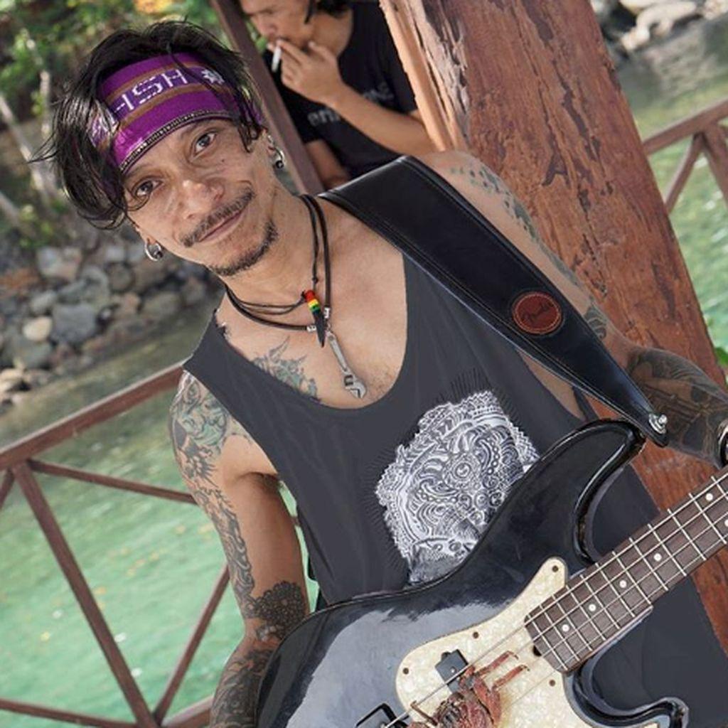 Melihat Aksi Bassist Boomerang yang Gunakan Ganja untuk Obat