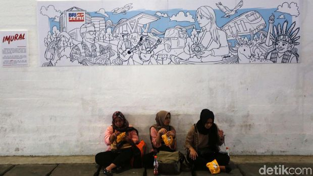 Seniman membuat mural Wajah Baru Jakarta di Terowongan Jalan Kendal, Jumat (21/6/2019). Mural tersebut dibuat dalam rangka menyambut HUT ke-492 DKI Jakarta.