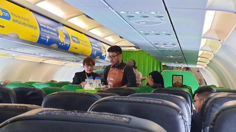Foto: Barista menyajikan kopi kepada penumpang Citilink Jakarta-Kamboja (Masaul/detikTravel)