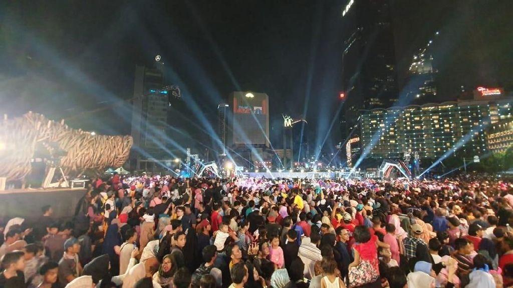 Warga Membludak, Begini Suasana Perayaan HUT DKI di Bundaran HI