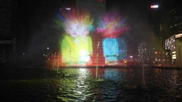 Warga Antusias Lihat Pertunjukan Air Mancur HUT DKI di Bundaran HI