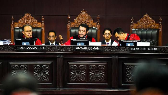 Ada pemandangan menarik seusai sidang sengketa Pilpres 2019 di MK. Tim hukum Jokowi-Prabowo nampak berfoto bersama untuk cairkan suasana. Penasara? Yuk, lihat.