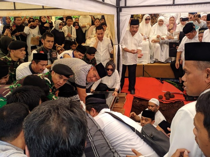 Proses pemakaman Putra Ketua MA Hatta Ali, Mohammad Irfan (Jefrie Nandy Satria/detikcom)