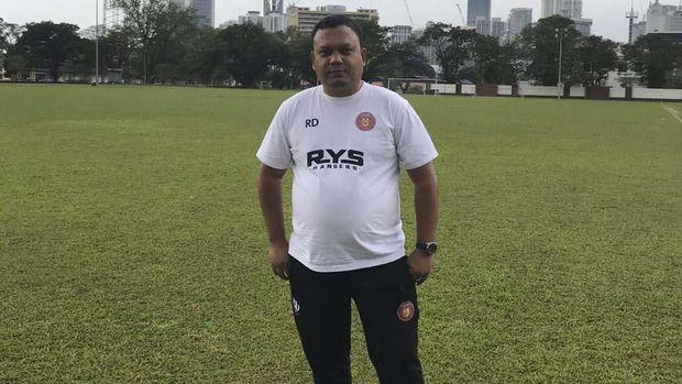 Kata Rahmat Djailani, dengan lewat Kuala Lumpur per orang hemat Rp1 juta.