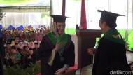 Jadi Sarjana, Arumi Bachsin Diwisuda di IAIN Tulungagung