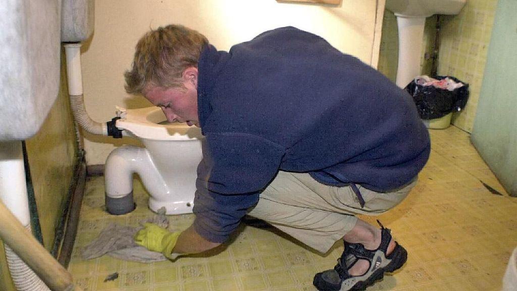 Foto: Saat Pangeran William Bersihkan WC Umum di Desa