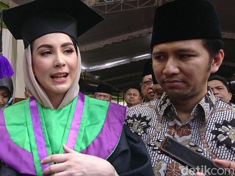 Arumi Bachsin wisuda di IAIN Tulungagung/