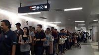 Antrean warga di Stasiun MRT Bundaran HI