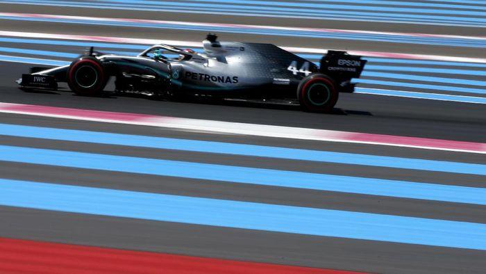 Driver tim Mercedes Lewis Hamilton merebut pole position GP Prancis. (Foto: Charles Coates/Getty Images)