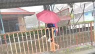 Video Viral Siswa Gendong Teman Autisnya saat Hujan yang Menyejukkan Hati