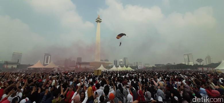 Atraksi Terjun Payung Ramaikan Festival Damai di Monas
