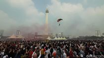 Atraksi Terjun Payung Meriahkan Festival Damai di Monas