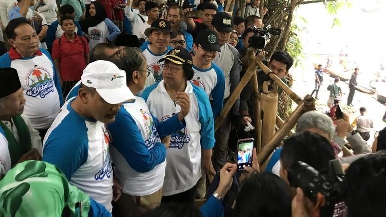 Bareng Wagub Jabar, Menteri LHK Bersih-bersih Kali Ciliwung