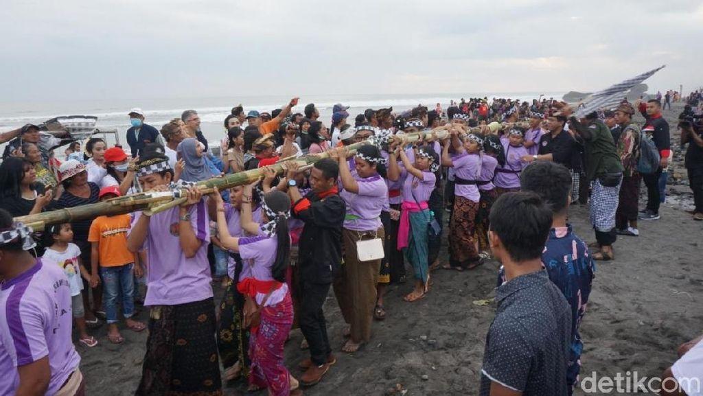 Yang Unik di Festival Yeh Gangga: Kuliner Ikan di Bambu 50 Meter!