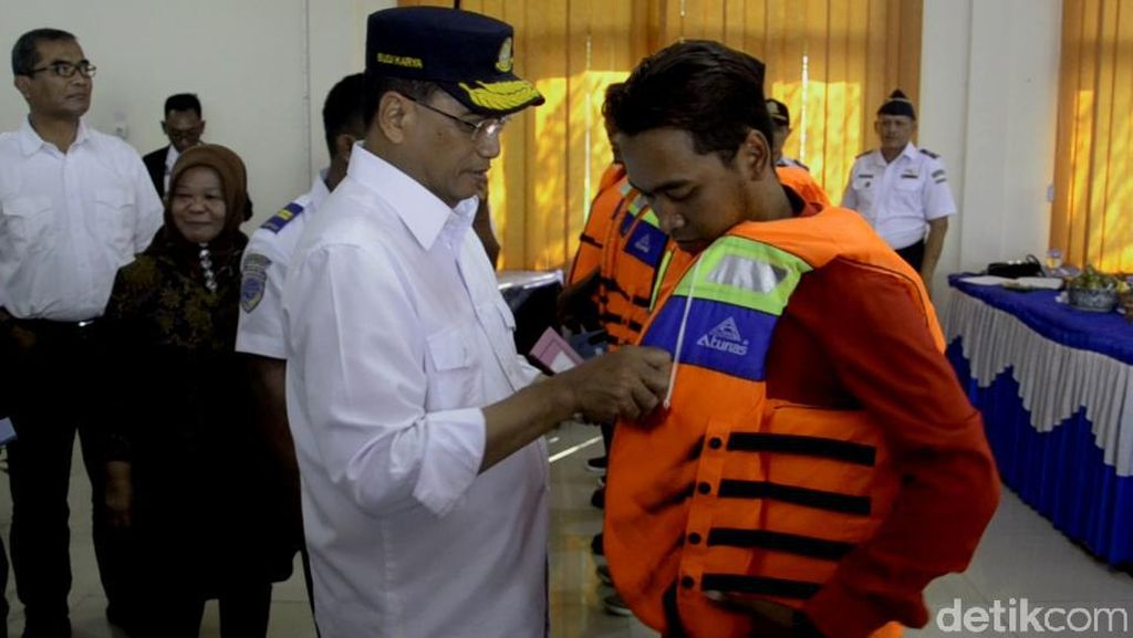 Ratusan Nelayan di Pantura Terima Pas Kecil dari Menhub