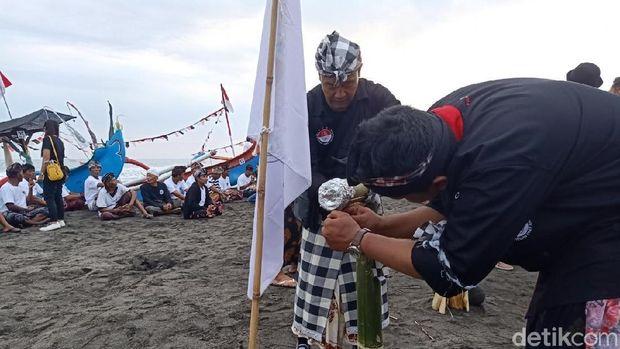 Yang Unik di Festival Yeh Gangga: Kuliner Ikan di Bambu Sepanjang 50 Meter